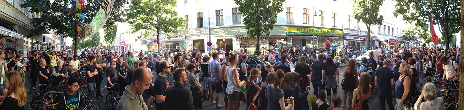 6. Bizim Kiez Versammlung am 1. Juli. Hunderte Menschen beteiligen sich beim Forum und hören die Soli-Lesung (mehr Fotos bei Klick aufs Bild)