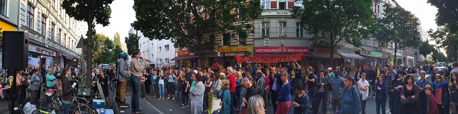 8. Versammlung am 15. Juli – Nach der gemeinsamen Demo durch Kreuzberg mit Kotti & Co stellten sich verschiedene engagierte Initiativen als Gäste auf der Bizim Kiez Versammlung vor (mehr Bilder mit Klick aufs Bild).