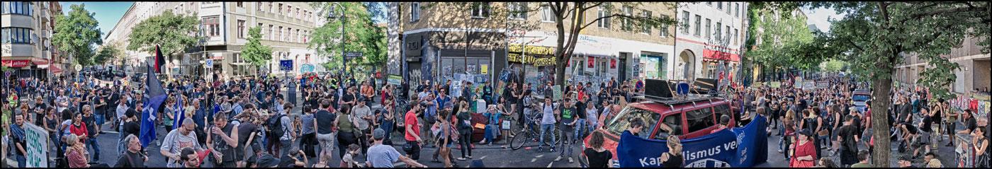 """Rege Beteiligung bei der """"Kiezdemo: HG/M99 BLEIBT!"""" am 7.8.2016. Knapp 1000 Menschen kamen in Kreuzberg zusammen, um gegen die Verdrängung des Szeneladens zu demonstrieren, der vom schwer behinderten Hans Georg Lindenau seit über 30 Jahren betrieben wird."""