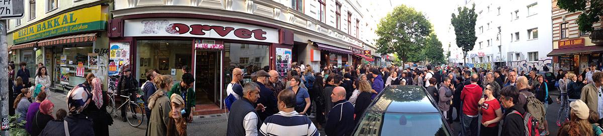 2. Bizim Kiez Versammlung am 3. Juni auf der Wrangelstraße. Schon in der zweiten Woche des Protestes kamen ca. 150 Menschen zusammen.