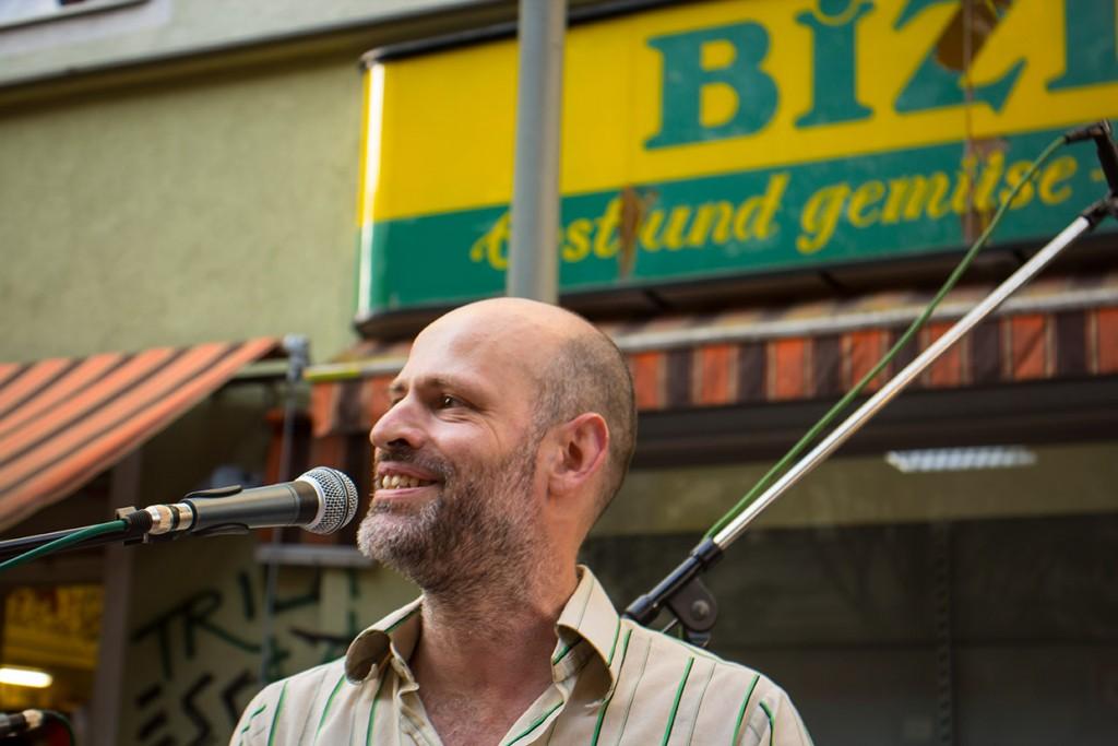 Jörg Liesegang performt sein beiden Lieder für Bizim Kiez