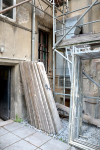 Hinterhof Manteuffelstr. 99 mit Baugerüst und Entlüftungsanlage.