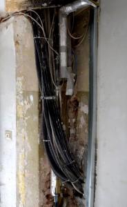 Stromleitungen im Hausflur der Manteuffelstr. 99