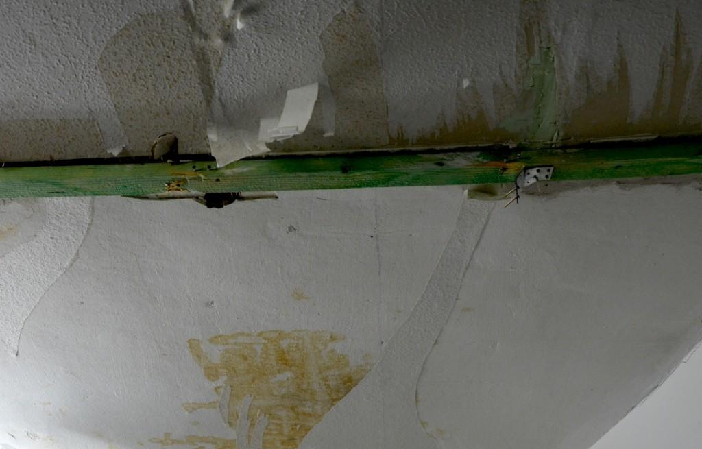 Morscher Stützträger, der sich durch die Zimmerdecke im Parterre biegt.
