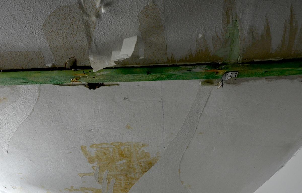 Morscher Stützträger, der sich durch die Zimmerdecke im Parterre beigt.