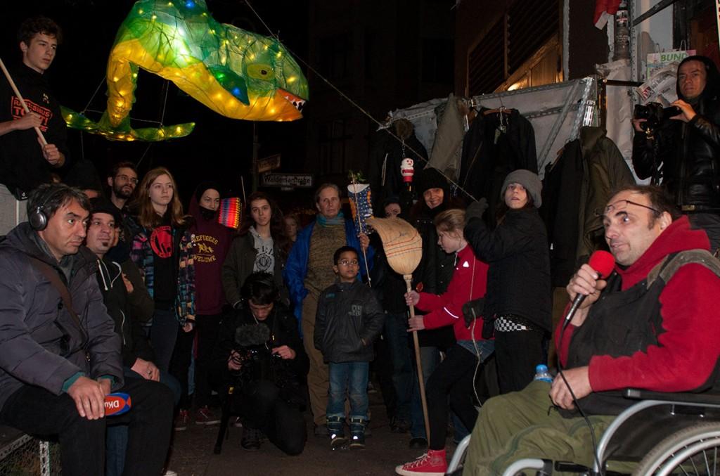 Licht an für Bizim Kiez - Investoren heimleuchten! Laternenumzug 11.11.2015. Zwischenstop bei HG und seinem bedrohten Laden 'M99'