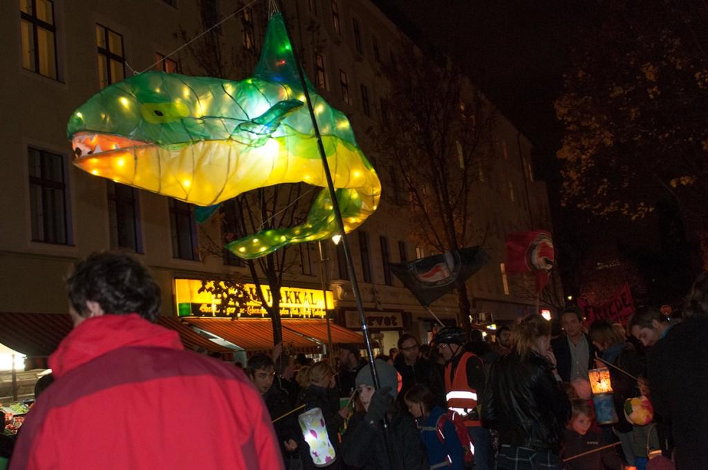 Licht an für Bizim Kiez - Investoren heimleuchten! Laternenumzug 11.11.2015.