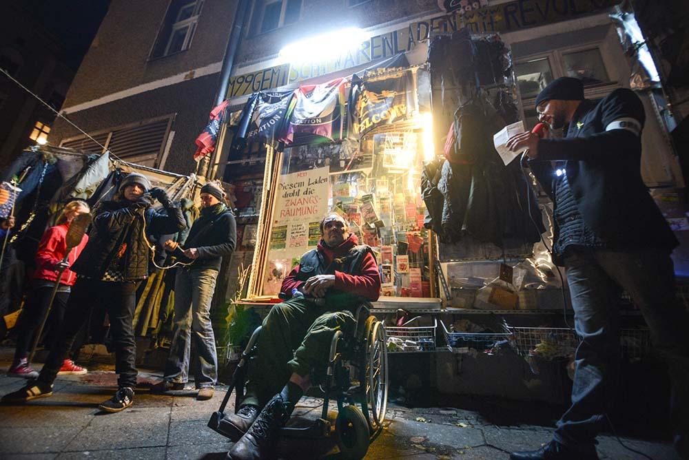 Licht an für Bizim Bakkal - Investoren heimleuchten. Unter diesem Motto fand am 11. November 2015 ein Laternenumzug durch den Kreuzberger Kiez statt. Eine Station des Umzugs war der von Räumung bedrohte Laden von HG Lindenau in der Manteuffelstraße 99.