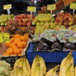 ** ARCHIV ** Ein Obst- und Gemuesestand, fotografiert am 22. Juli 2008 in Hamburg. Obst und Gemuese aus heimischem Anbau enthalten im Vergleich zu importierten Fruehten deutlich weniger Rueckstaende von Pflanzenschutzmitteln. Das geht aus entsprechenden Lebensmittel-Pruefungen der Bundeslaender im Jahr 2007 hervor, die das Bundesamt fuer Verbraucherschutz und Lebensmittelsicherheit (BVL) am  Montag,  2. Maerz 2009, in Braunschweig veroeffentlichte. (AP Photo/Fabian Bimmer) ** zu APD9865 ** --- A fruit and vegetable stand is pictured in Hamburg, northern Germany on Tuesday, July 22, 2008. (AP Photo/Fabian Bimmer)